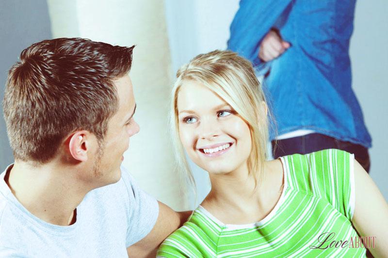 Как понять что девушка влюблена но скрывает? 29-4