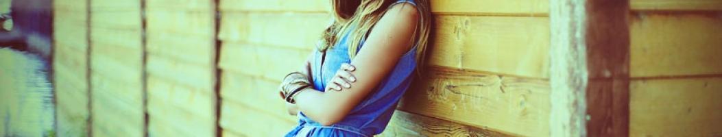 Как понять что девушка влюблена но скрывает?