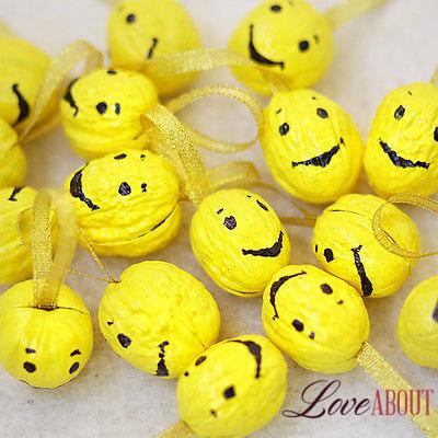 Желтые орешки с пожеланиями в виде смайлов